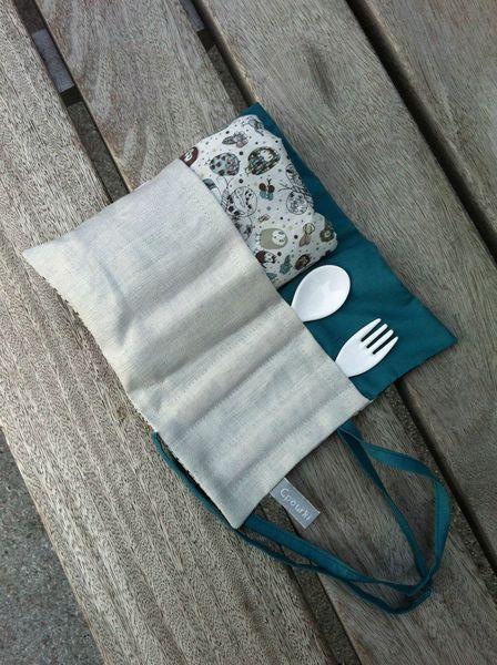 pouch con babero y kit cuchara y tenedor para bebes.