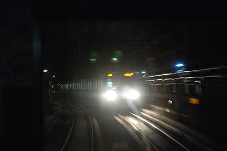 一瞬の離合。鋭い光を放って、対向列車は都心へと向かう。2015/1 王子駅~王子神谷駅 東京メトロ南北線A1602K鳩ヶ谷行 車窓(3000系)・B1682M日吉行(9000系)© 2010 風旅記(M.M.) 風旅記以外への転載はできません...