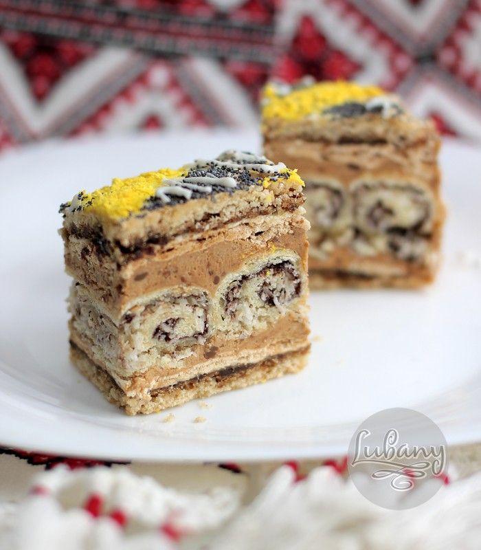 """Еще два праздничных пляцка. В основе первого - коржи с """"Эстерхази"""" в сочетании с бисквитом и сливками, ожидаемо вкусно, очень нежно! Второй - сплошной эксперемент с удачным концом :) Ореховый пляцок Бисквитные черные коржи В чашу миксера поместить целые яйца (6 шт.) и сахар (6 ст.ложек). Взбивать…"""