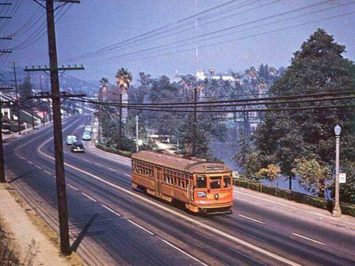 Der Pacific Electric Red Car-Trolley rollt am westlichen Rand des Echo Park entlang …