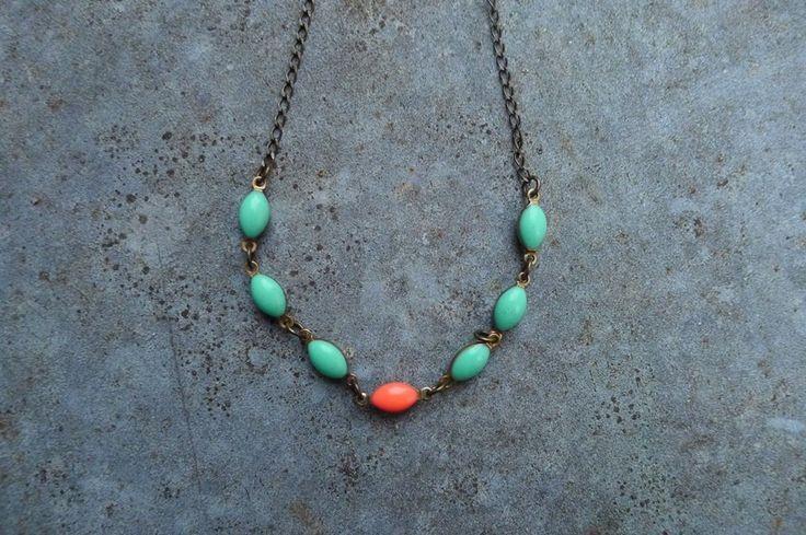 Collier turquoise et rose monté sur une chaine en laiton : Collier par les-bijoux-d-elisabeth