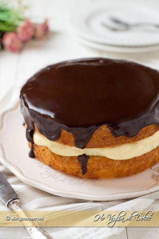Boston cream pie una torta simbolo della città di Boston, un dolce goloso farcito con crema pasticcera e tanta cioccolato. Ricetta facile per ogni occasione