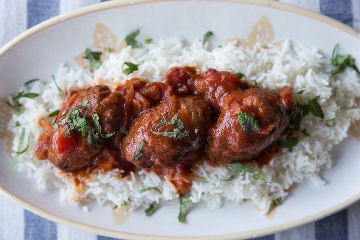 Σουτζουκάκια Σμυρνέικα από τον Άκη Πετρετζίκη. Το αγαπημένο μας παραδοσιακό φαγητό! Υπέροχα σουτζουκάκια με κόκκινη σάλτσα.