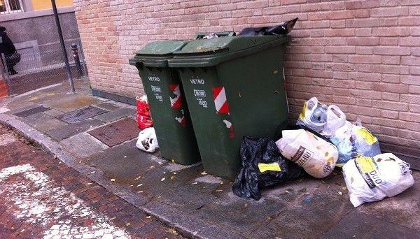 Sacchetto di rifiuti abbandonati in strada: multa di 500 euro