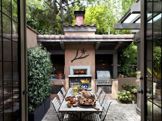 Courtyard dining a full service outdoor kitchen and dining for Courtyard entertaining ideas