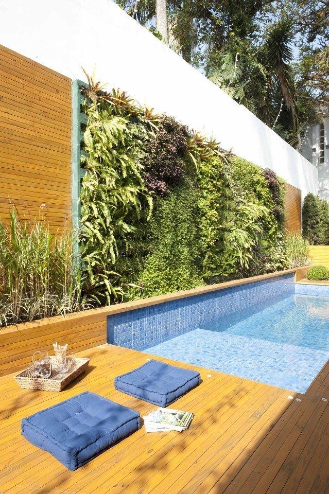 Piscina com parede verde