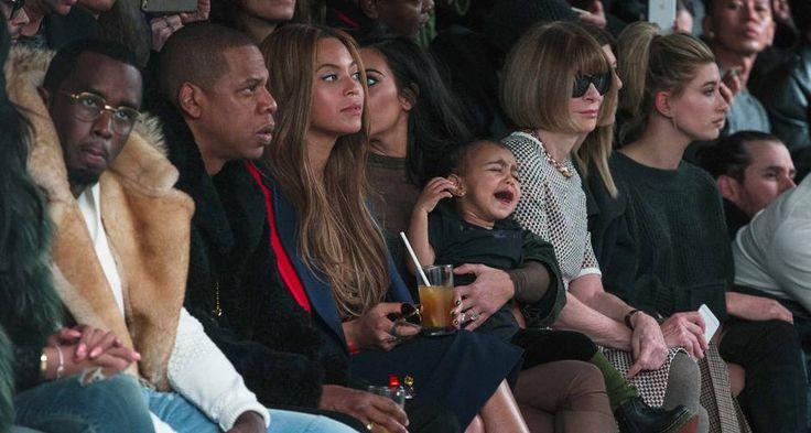 North West já tem experiência em semanas de moda, mas parece que ela se irritou logo no desfile do pai. Na noite desta quinta-feira, a menina abriu o berreiro no meio da apresentação de Kanye West para a Adidas, em Nova York. Kim Kardashian fez de tudo para controlar a filha na primeira fila. Anna Wintour, à esquerda, não se comoveu, assim como Sean Combs, Jay-Z e Beyoncé Foto: LUCAS JACKSON / REUTERS