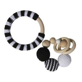 Deze handgemaakte rammelaar met houten kralen, ringen en gehaakte ballen in zwart & wit is prachtig natuurlijk baby speelgoed. Deze bijtring is een heel leuk kraamcadeautje voor de baby ;jongens en meisjes.
