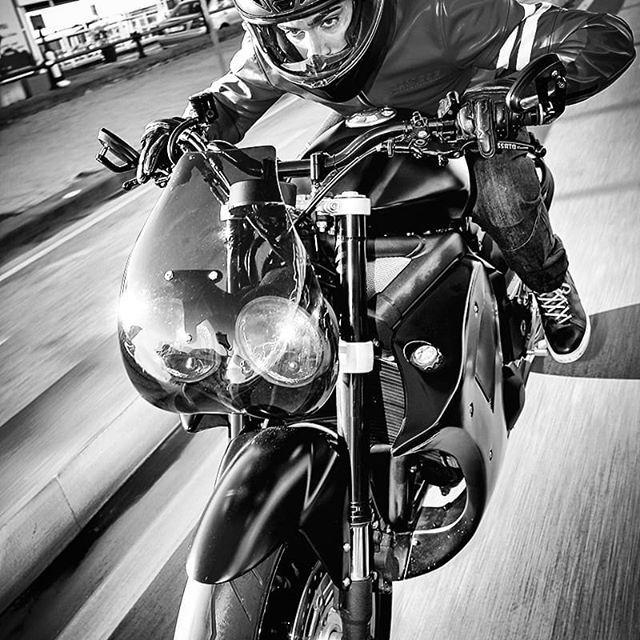 Piccola anteprima dal prossimo numero di @specialcafemagazine. La Tripla 0.0 di @italiandreammotorcycle guidata dal campione #SuperStock @raffaelederosa35, tra le strade di #Napoli! #Regram via @specialcafemagazine