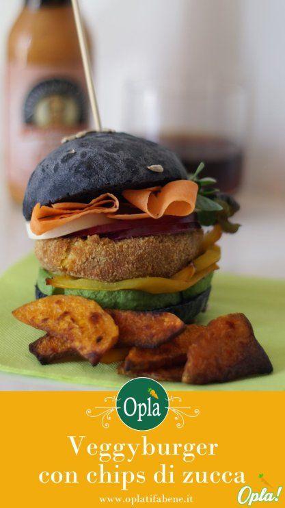 Hamburger vegetariano con pane nero, peperoni, avocado e cipolle marinate, accompagnate da chips di zucca alla paprika affumicata #vegetariana #cucina #hamburger