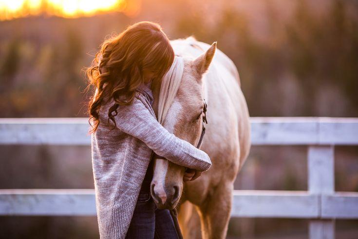 Mujer y caballo blanco