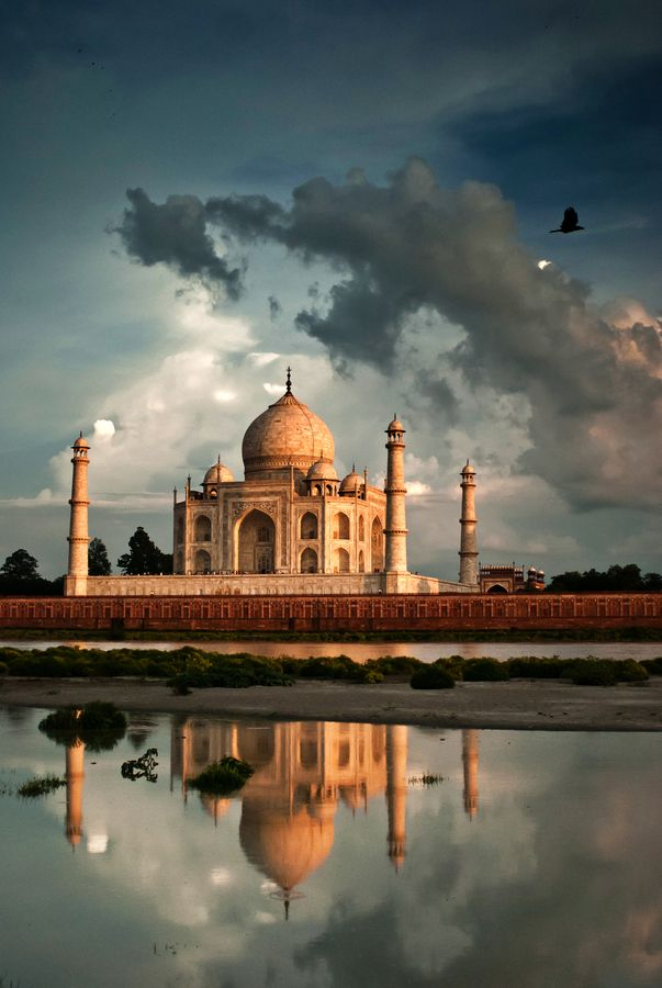 Taj Mahal, Agra, India mausolée de marbre blanc construit par l'empereur moghol Shâh Jahân en mémoire de son épouse Mumtaz Mahal, qui signifie en persan « la lumière du palais ». Elle meurt le 17 juin 1631 en donnant naissance à leur quatorzième enfant . La construction du mausolée commence en 1631 et est achevée dans sa plus grande partie en 1648. Le Taj Mahal est considéré comme un joyau de l'architecture moghole.