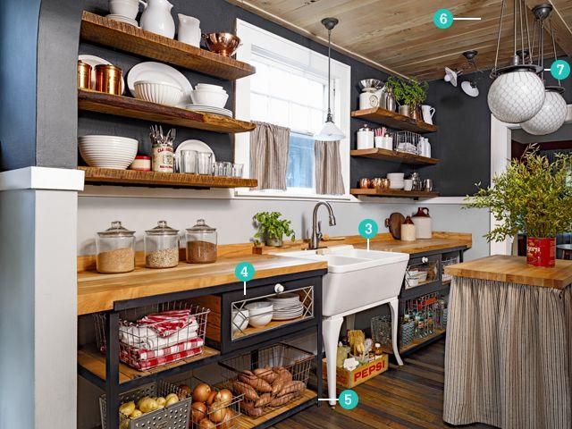 Los estantes abiertos dan riqueza visual a esta cocina. Para mantener todo en orden, usa canastas y charolas donde agrupar y clasificar los utensilios.