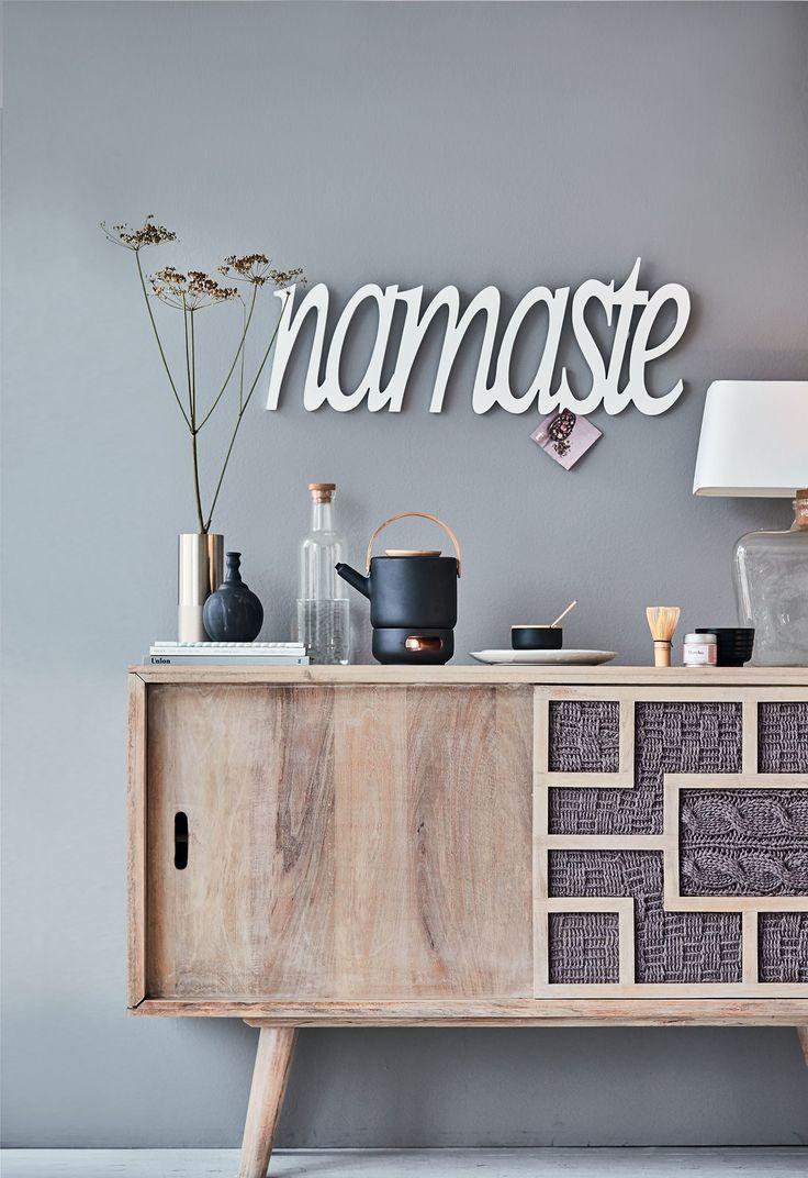"""Zur Kollektion """"Theo"""" gehören Stücke, die skandinavisches Design und asiatisches Feeling in sich vereinen. So wie diese Zuckerdose aus schwarzem Steinzeug mit Deckel aus hellem Bambusholz."""