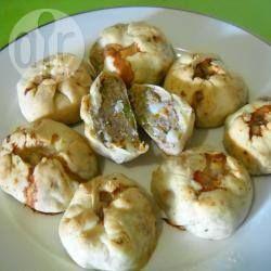 Knishes mit Hackfleischfüllung - Knishes sind Teigtaschen aus der jüdischen Küche. In diesem Rezept werden sie mit Rinderhack, Zwiebel, Knoblauch, Karotte, Kartoffel und Erbsen gefüllt.@ de.allrecipes.com