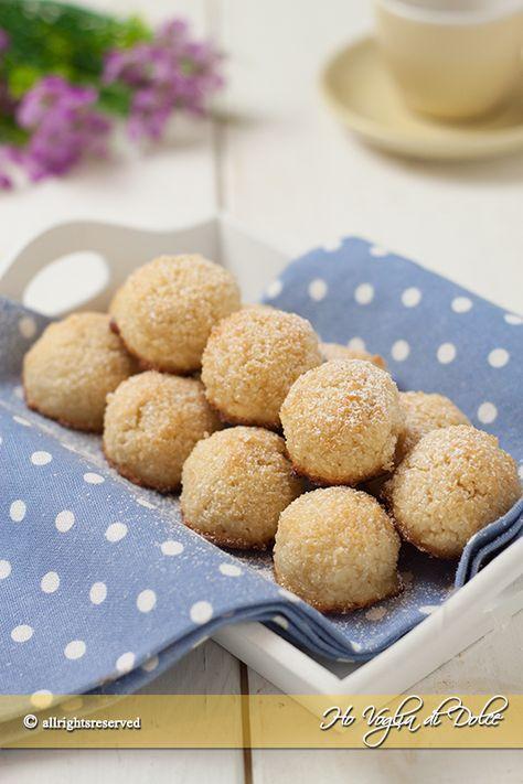 Biscotti al cocco solo con albumi, ricetta veloce e facilissima da preparare. Solo 3 ingredienti e farete un figurone impiegando pochissimo tempo.