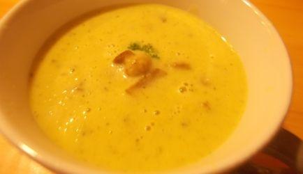 Courgette alleen heeft weinig smaak, maar door toevoeging van een teentje knoflook en een preitje onstaat er een heerlijke soep. De gebakken plakjes...