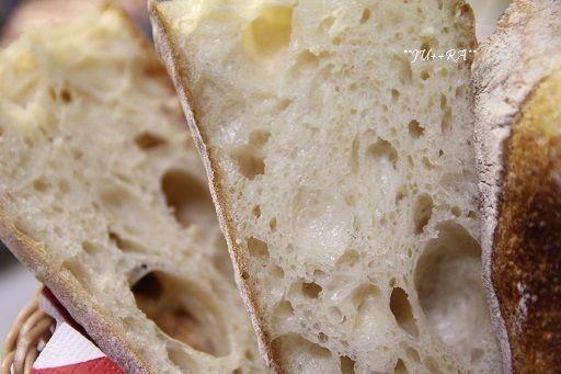 「エパー(で作ったパン)はそこそこの大きさのほぼすべての膜の表面に艶がありました。その点軟水は気泡に艶がないのがほとんど.....まれに艶がある膜があっ、あった!って感じでした....。 この違いには驚き~~~ この膜が食感にどう変わって来るか........。」by.じゅららさん #超硬水 #パン #エパー #hepar #硬水 #手作りパン