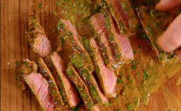 Como fazer bife grelhado de contrafilé: veja a receita de Jamie Oliver com molho de mostarda.