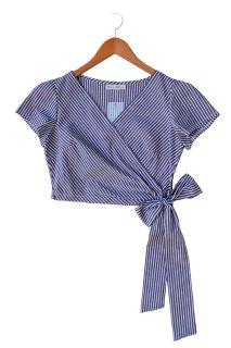 Blusa corte cruzado a la cintura con manga corta, tela en rayas azul y blanco.