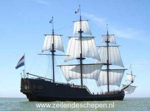 De Souverein. Dit partyschip is een eerbetoon aan de spiegelretourschepen uit de Gouden eeuw.