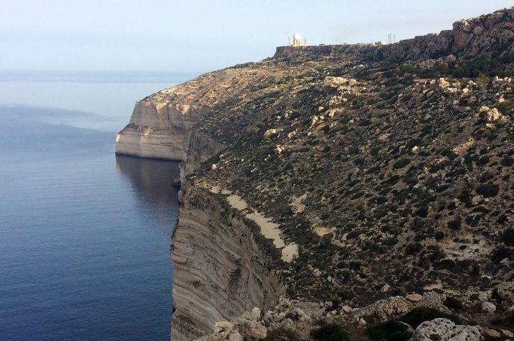 Korzystając z okazji pobytu w Valeccie, postanowiłem wbiec na najwyższą górę Malty. Ku memu zaskoczeniu okazało się, iż najwyższym wzniesieniem tej wyspy jest klif Dingli na zachodnim brzegu, czyli po drugiej stronie wyspy....