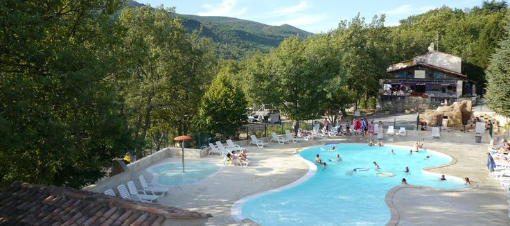 De camping Le Clos de Barbey is een rustige camping in de Provence en ligt vlak bij het meer Sainte Croix. De camping ligt in een prachtig landschap met veel groen. Er is ook een mooi zwembad voor jong tot oud. Maar om te zwemmen, surfen, zeilen of een waterfiets te huren kun je ook naar de het meer Sainte Croix gaan die op 800m afstand ligt. Verder ligt er vlak bij de camping nog de stad Bauduen waar u kunt uitgaan, winkelen of om iets te eten s' avonds.
