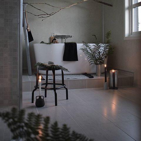 Ha en fin kveld 🌿    _________________________________    #bathroom #bath #bathtub #badekar #flisekompaniet #badrum #bad #baderom #inspo #inredningsdesign #inredning #finahem #vakrerom #nordichome #nordiskahem #levlandlig #rustichomes #home #instahome #picoftheday #fall #autumn #stemning #bøivesterålen #nordland #nordnorge #vesterålen #besterålen
