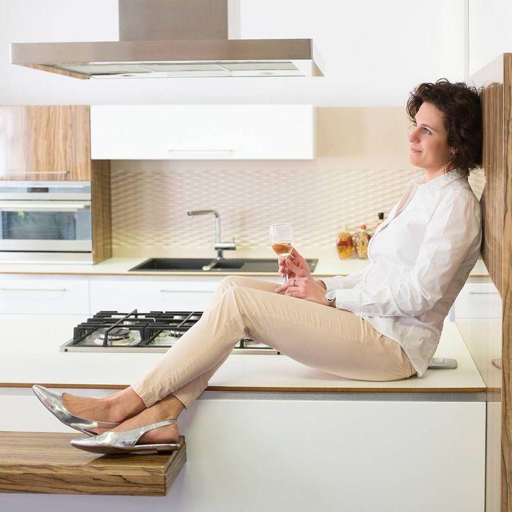 """8 To se mi líbí, 1 komentářů – IQ kuchyně (@iqkuchyne) na Instagramu: """"Na nic nečekejte a dejte si zasloužený relax 😊 A třeba i v kuchyni! #wine #relax #kitchen #design…"""""""