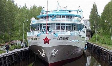 Речной лайнер идёт на Соловецкие острова. The river liner goes on the Solovetsky Islands.