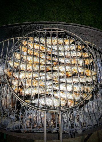 sardines au barbecue grillées au sel Combien de sardines par personne, comment réussir la cuisson ? Suivez le guide !  Pour réussir vos sardines au barbecue, comptez 4 à 5 sardines par personnes. Il faudra au préalable les écailler. Cette technique est rapide à faire : à l'aide d'un essuie-tout, il suffit de remonter la sardine à « rebrousse-poil » pour ôter les écailles superflues. Ensuite il faut veiller à bien les nettoyer après leur avoir ouvert l'abdomen, les rincer et enfin les enduire…