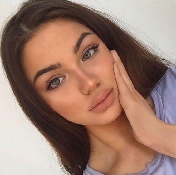 Eine schnelle natürlich aussehende Make-up-Routine für die geschäftigen Morge…