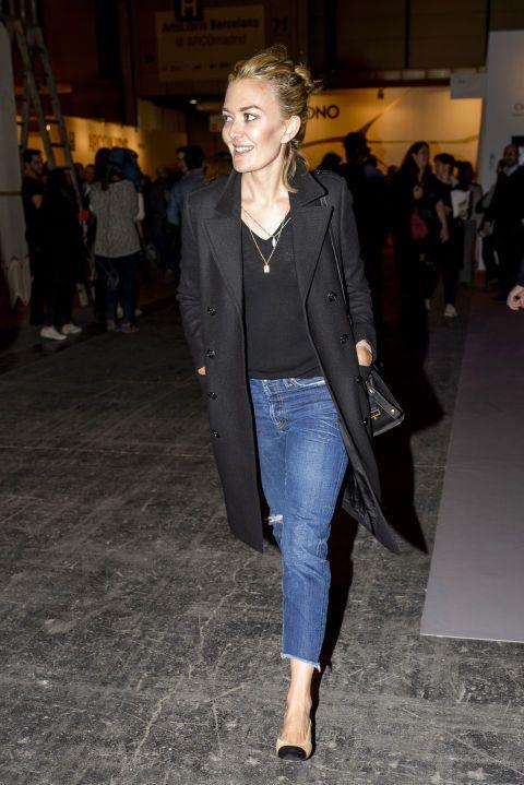 Sin embargo, al cambiar las deportivas por un zapato bicolory el abrigo acolchado por uno más sofisticado, tenemos un look a prueba de error, perfecto para un estilismo de tarde-noche como este enla Feria Arco de Madrid.