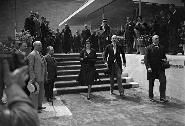 The spanish royals visit the German pavilion of Mies van der Rohe, Barcelona, World exhibition, 1929