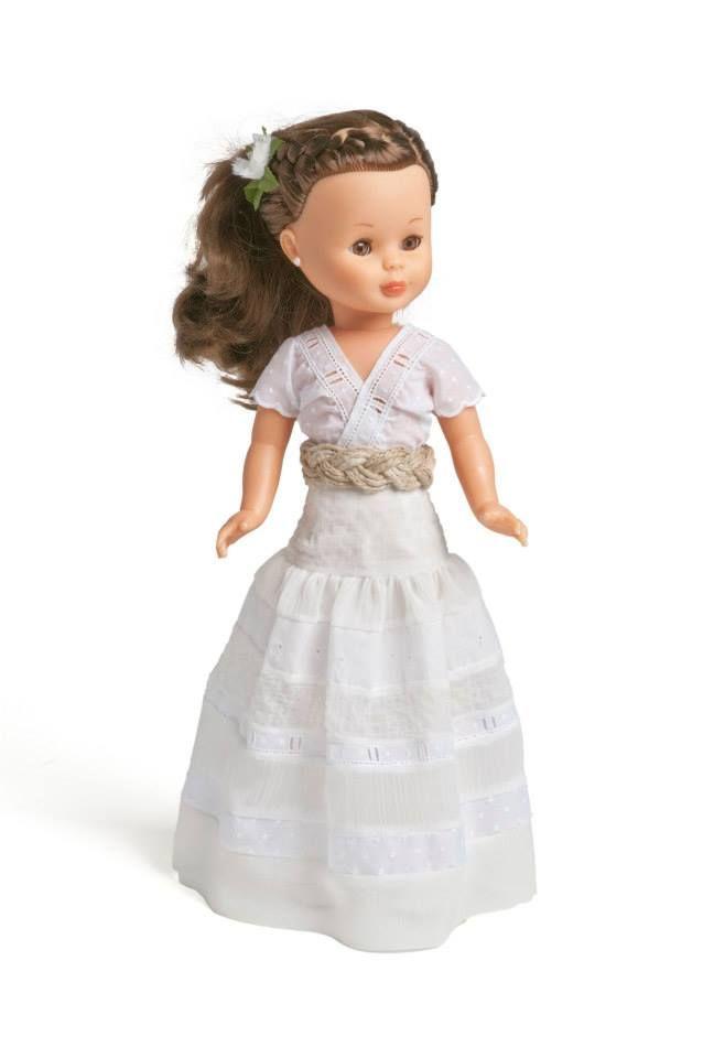 Nancy vestida por Alma Aguilar.                                                                                                                                                                                 Más