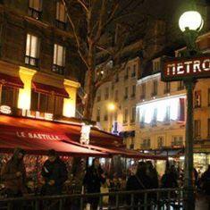 Rendez-vous au 6 rue de Lappe, au Mégalo, pour goûter aux délicieux cocktails qui font la gloire du lieu. Faîtes-vous une soirée rock à la mécanique  ondulatoire, 8 passage de thiéré ! Là, dans une ambiance rock'nroll, redécouvrez le charme de la (grosse) guitare qui feule jusqu'au bout de la nuit ! Et pour danser ensuite jusqu'au petit matin, direction le 5 passage Louis Philippe. Au Café de la Danse,  une salle underground qui accueille les meilleurs artistes électro, pop et rock