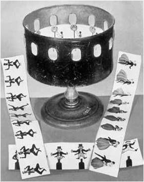 Brinquedos Opticos - Zootrópio Foi uma máquina criada em 1834 por William George Horner, composta por um tambor circular com pequenas janelas recortadas, através das quais o espectador olha para desenhos dispostos em tiras. Ao girar, o tambor cria uma ilusão de movimento aparente. Foi um jogo muito popular na sua época e um dos avanços da óptica até a aparição do cinema, criado na primeira metade do século XIX.