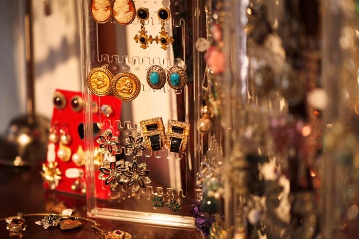 The Vintage Shop _ El amplio repertorio de joyería que apela al sentido más fantasioso de la fijación femenina por la belleza en los objetos.