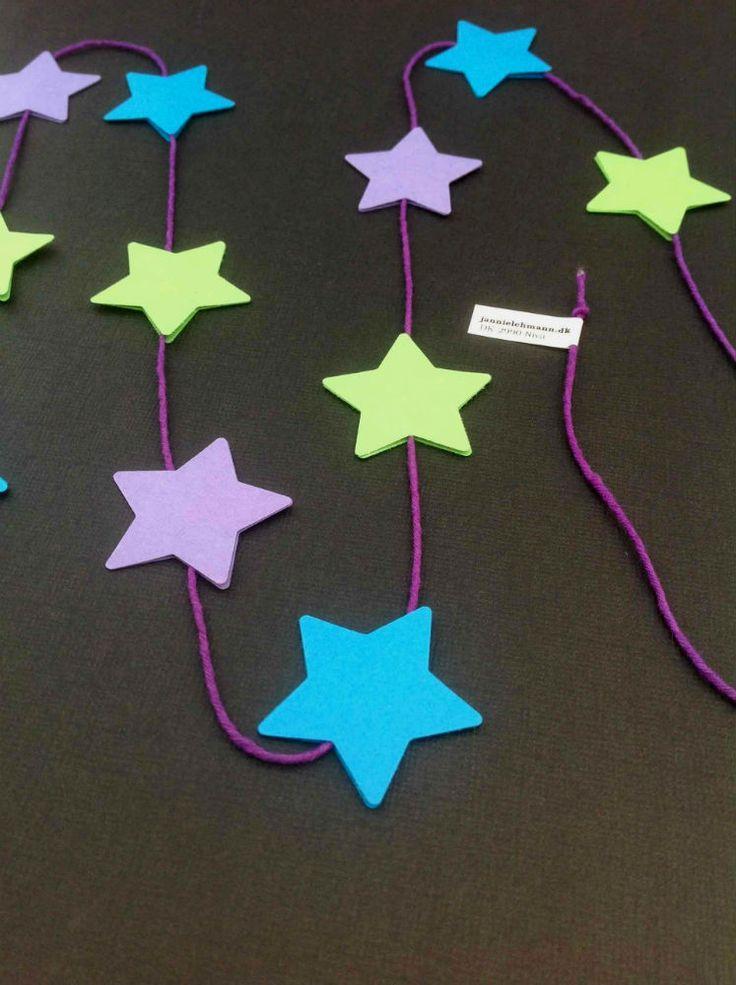 Mobile med 11 stjerner i lilla, lysegrøn og klar blå. Se mere på www.jannielehmann.dk
