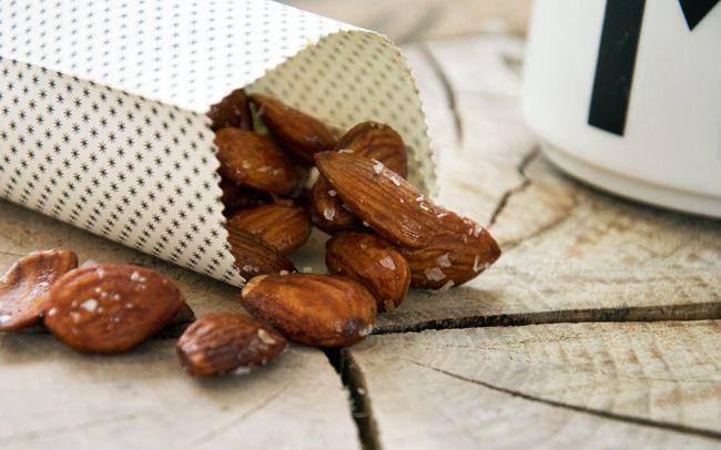 De søde saltede mandler er en skøn og nem snack med lækre mandler hvor man på en og samme tid får tilfredsstillet trang til salt og sødt