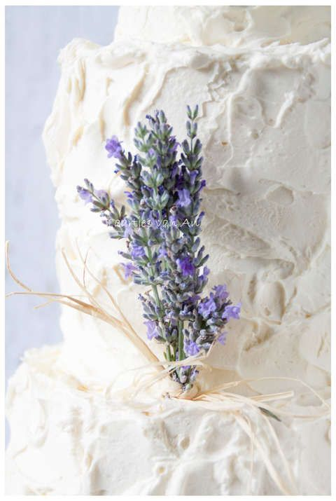 Taartjes-van-An-Nunspeet-bruidstaart-rustiek-cupcakes-cakepops-lavendel-verse-bloemen.jpg
