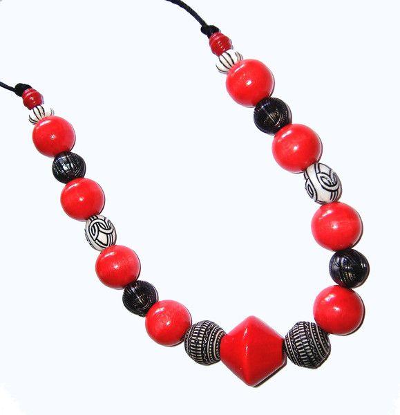 Collares y gargantillas - Collar rojo, negro y blanco - hecho a mano por…
