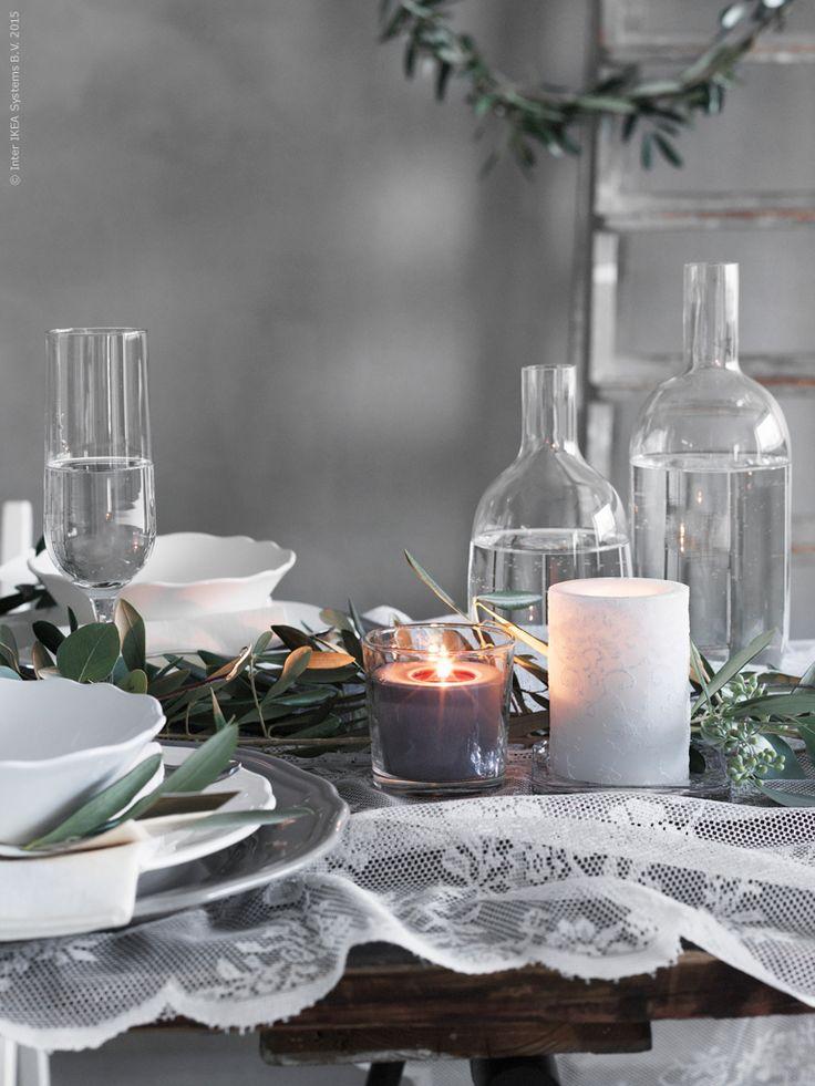 Stämningsfullt blockljus med spetsmönster sätter stilen. KORNIG blockljusset om 3, SINNLIG doftljus i glas, HEDERLIG champagneglas, SINNERLIG glasflaskor med kork.