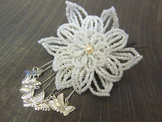 Revoloteando las mariposas cuelgan de una flor de Ceilán blanco. Mi opinión sobre la bira bira (estilo revoloteando o colgando) kanzashi.  La flor mide 2,75 pulgadas a través. La longitud total es de 3,75 pulgadas con la flor y las mariposas.  Las flores están conectadas a un hardware de su elección. (en la foto con horquilla de pelo)  Esta pieza es elegante y exótico y fue inspirada por el hermoso kanzashi (ornamentos del pelo) usado por geishas y maiko. Si te gusta esto, asegúrese de…