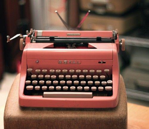 Pink typewriter: Writing A Book, Vintage Types, Old Schools, Romantic Vintage, Pink Vintage, Vintage Pink, Vintage Typewriters, Pink Typewriters, High Schools