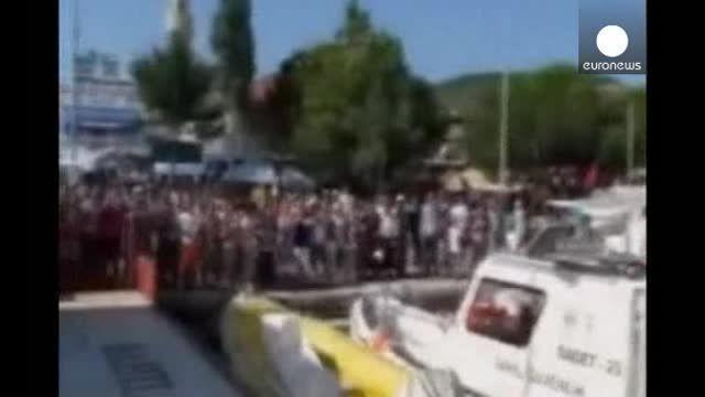 Los guardacostas turcos rescatan a una bebé en el Mar Egeo