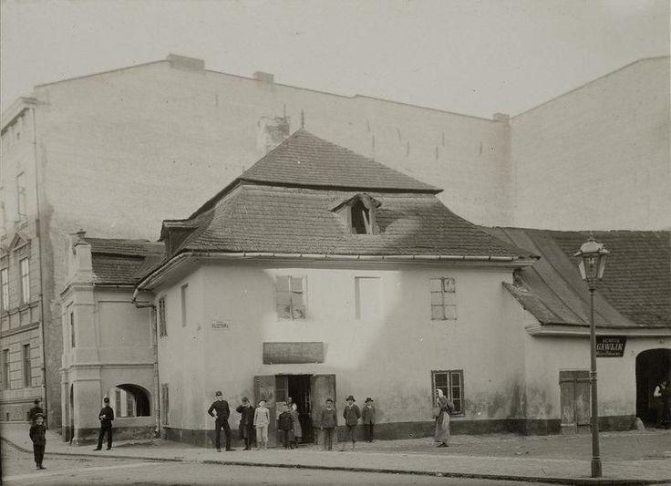 Lata 1900-1909 , Dworek na rogu ul. Basztowej i Łaziennej. Zburzony w 1909 r., ustąpił miejsca Kamienicy Popielów. Fot. Jan Sas-Zubrzycki.