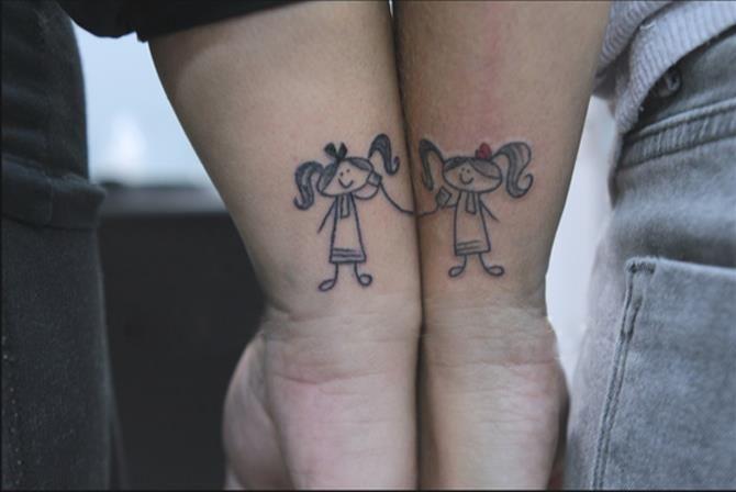 τατουαζ στο χερι με την αδερφη της!! 2 κοριτσακιαα <3