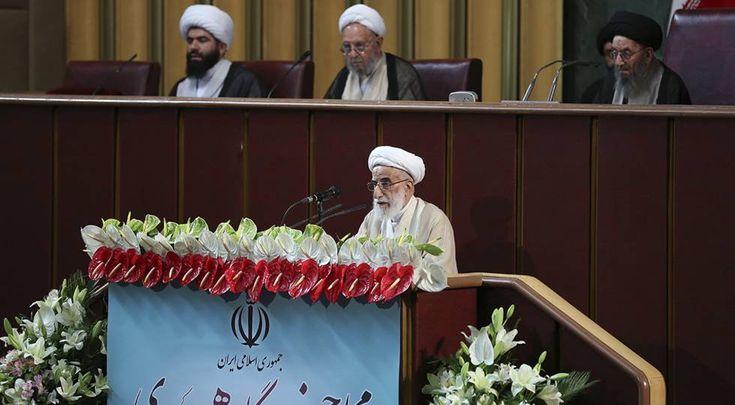 99 latigazos a 35 chicos y chicas iraníes por hacer una fiesta juntos El brutal castigo, 24 horas después de su detención, apunta a la lucha de poder entre ultras y moderados El ayatolá Ahmad Jannati el martes en Teherán durante la reunión inaugural de la Asamblea de Expertos de Irán.
