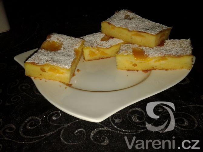 Brumlíkův mls. Recept na tvarohový koláč se zakysanou smetanou a plátky broskví.